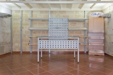 Arredamento per negozio scaffali, bancone, spogliatoio, appendini per arredare una superfice di circa 40-60 mq