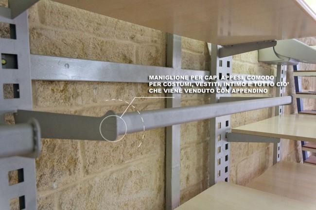 Arredamento usato per negozio scaffali, bancone, spogliatoio, appendini per arredare una ...